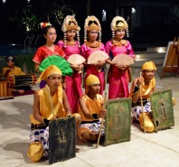 and dancers..the women so elegant...
