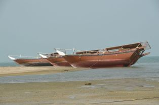 Dhows at low tide, Hilf..