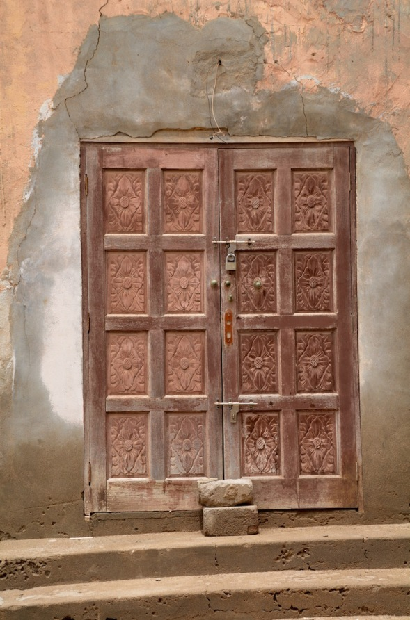 I love these carved doors, I lust after a set for myself...I don't suppose it will ever happen but at least I have photographs for my memories...