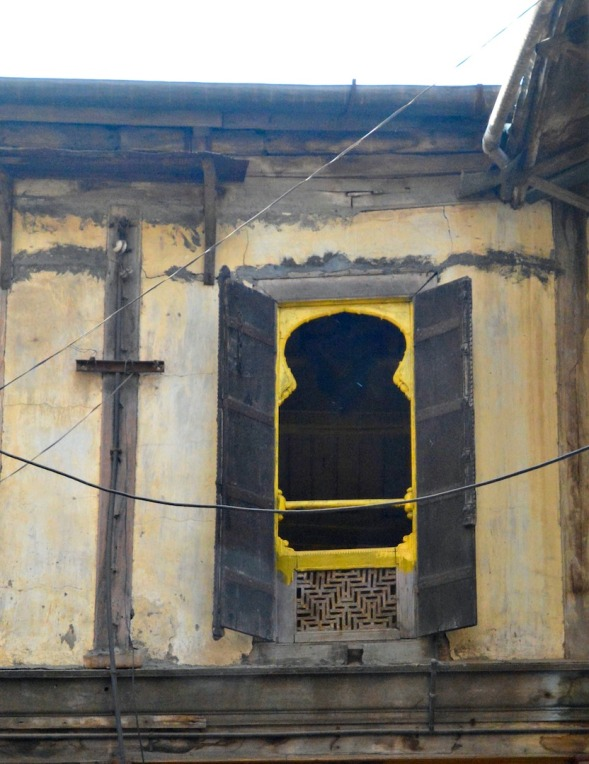 There was No photograph sign by this building, but no-one around and I couldn't miss this little yellow window....