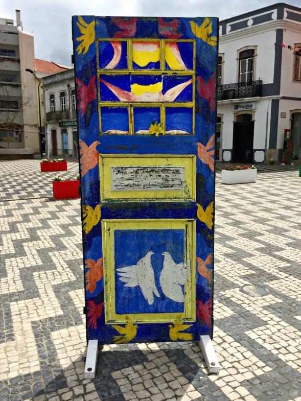 Peace door? Pigeon door? Pomba is Portuguese for pigeon...